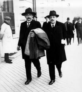 Einstein-y-Cabrera-pasean-por-Madrid_image_380.efe